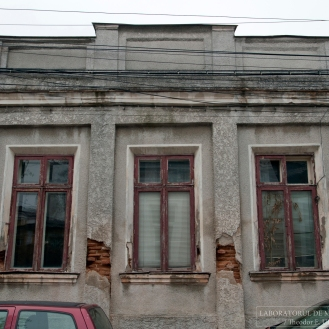 Casa de sec. XIX: fațada spre stradă cu atic (decembrie 2015). Foto: Theodor E. Ulieriu-Rostás.