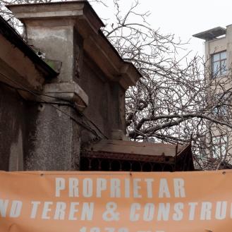 Casa de sec. XIX: intrarea cu pilaștri, atic și marchiză (decembrie 2015). Foto: Theodor E. Ulieriu-Rostás.