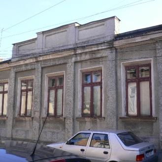 Casa de sec. XIX: fațada spre stradă cu atic (mai 2008). Foto: Radu Răzvan Stanciu.