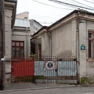 Intrarea secundară a casei de sec. XIX și limita parcelei (decembrie 2015). Foto: Theodor E. Ulieriu-Rostás.