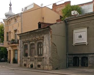 Casa T.N., str. Știrbei Vodă nr. 86, între imobilul de raport de pe str. Popa Tatu nr. 2 și casa de pe str. Stirbei Vodă nr. 84A (24.05.2014).