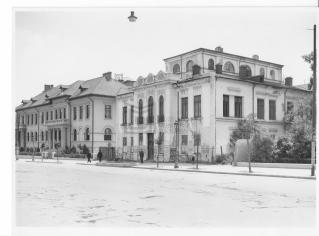 Str. Știrbei Vodă, vedere către est: casa Teodor Asan (fostul Conservator) în prim-plan, Liceul Carmen Sylva în plan secund. Alfons Gh. Ebner, cca. 1935-40. București, MMB inv. 10.375.