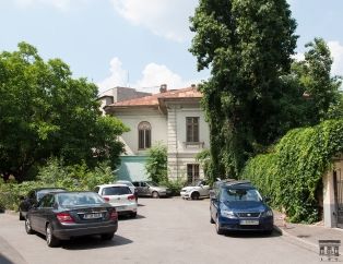 Casa Crețulescu-Lahovary: fațada de sud văzută din dreptul vilei Lahovary de pe colțul cu str. Brutus (iunie 2018).