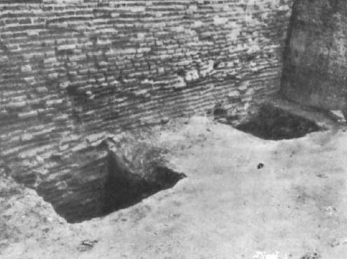 Subtipul 1 de cărămidă veche: zidul de incintă fotografiat în 1958 din parcela de pe strada Vânători nr. 21