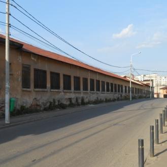 Zidul pe strada Prevederii, străpuns de ferestre pentru micile construcții industriale din interiorul curții