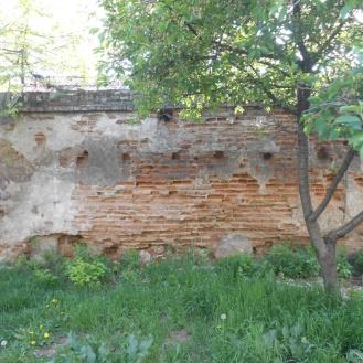 Zidul vizibil pe strada Ticuș, în parcara din spatele blocurilor